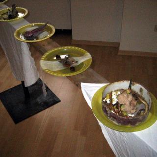 Installation mit Plastiktellern und Objekten